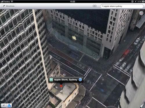 Logo Apple pun bisa terbang menempel di gedung yang bukan Apple Store Sydney.