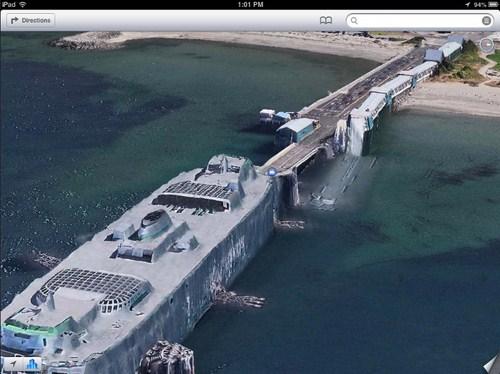 Sebuah kapal selam terlihat menabrak jembatan di tepi laut. Ouuch!