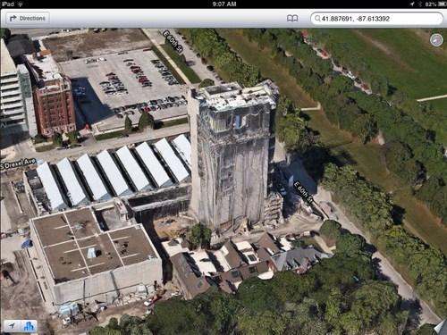 UChicago Logan Arts Center tampak seperti gedung tua yang berhantu.