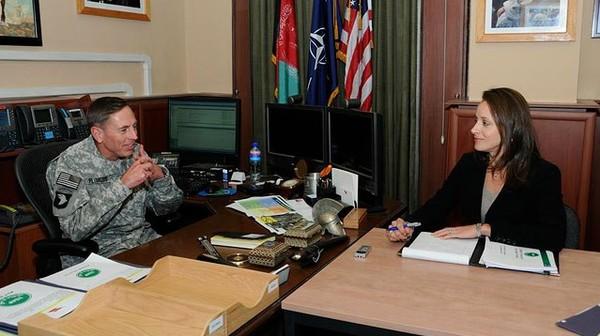 Jenderal David Petraeus dan Paula Broadwell