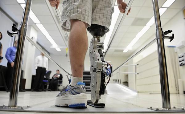 Pria Ini Naik Ke Lantai 103 dengan Kaki Robot yang Dikendalikan Otak