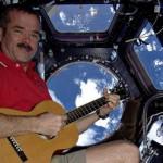 Chris Hadfield Astronot ini Bernyanyi dan Merekam Lagunya dari Luar Angkasa