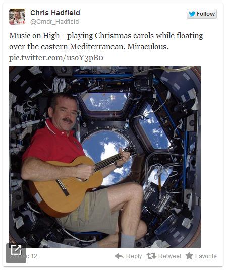 Chris Hadfield : Astronot ini Bernyanyi dan Merekam Lagunya dari Luar Angkasa