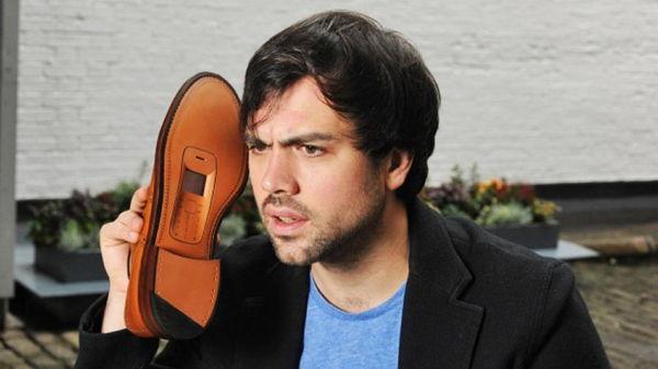 Desainer ini Menciptakan Sepatu dengan Ponsel dari Bahan Daur Ulang